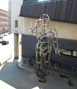 Die Überfrau - Skulptur vor der Zentralbibliothek Münster
