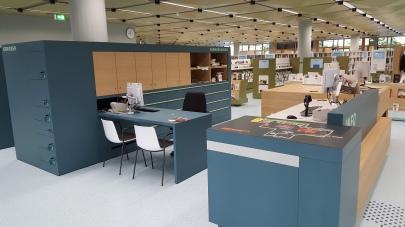 An der Theke besteht die Möglichkeit sich hinzusetzen. Auch ein Unterfahren mit dem Rollstuhl ist hier möglich. Zudem gibt es einen Tastplan, der einen Überblick über die Bibliotheksräumlichkeiten gibt.