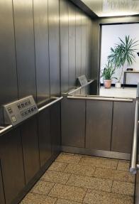 Umlaufende Griffleisten und ein Siegel an der Rückseite der Fahrstuhlkabine sind hilfreich für Menschen mit Mobilitätseinschränkungen. (BR Düsseldorf)
