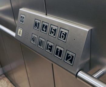 Das Tastenfeld im Aufzug ist in erreichbarer Höhe angebracht. Die Beschriftung auf den Tasten wurde durch Brailleschrift ergänzt. (BR Düsseldorf)