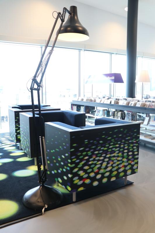 """Ausgefallene Sessel mit """"XXL-Lampen"""" in Almere"""