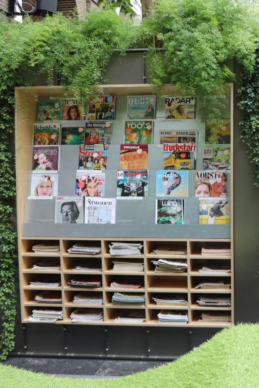 Zeitungen und Zeitschriftenregal