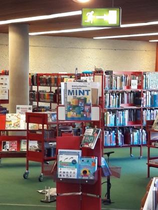 Eine Ausstellung zur Bewerbung des neuen Angebots in der Stadtbücherei Radevormwald (Bildrechte: Sandra Oetelshoven)